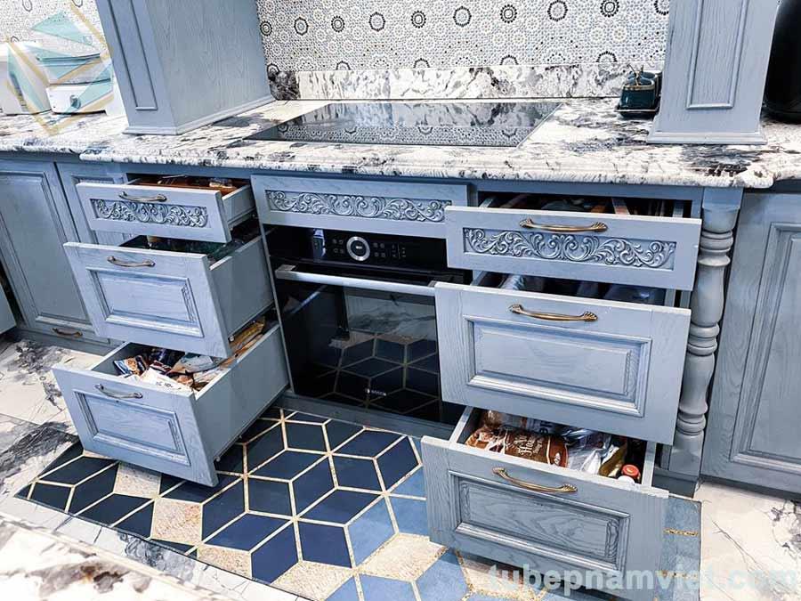 Các ngăn đựng vật dụng nhà bếp bằng gỗ sồi