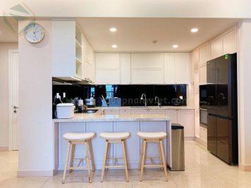 Thiết kế và thi công tủ bếp gỗ Sồi Mỹ sơn trắng kèm bàn đảo kiêm bàn ăn