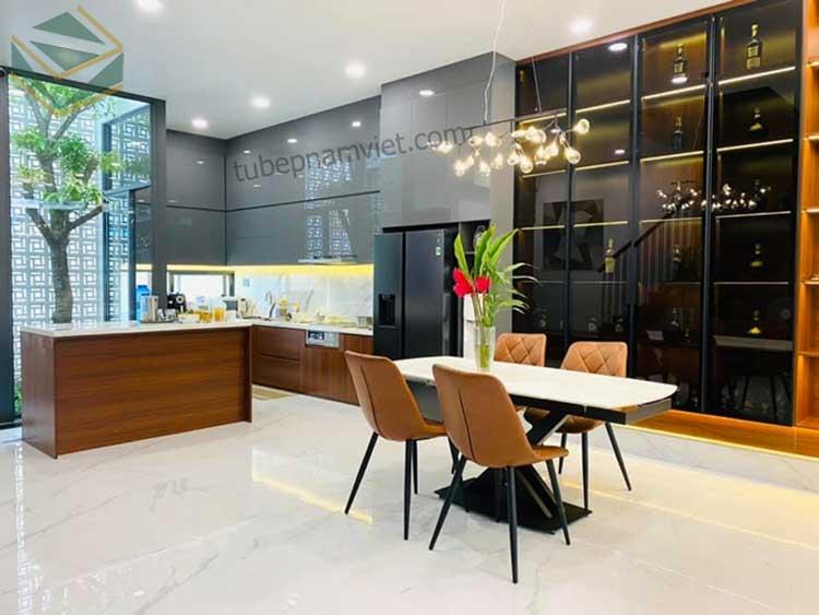 Mẫu tủ bếp gỗ acrylic bóng gương nhà diễn viên Thành Đạt