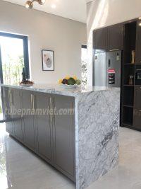 Kệ bàn đá hoa cương rời nhà bếp kèm tủ bếp gỗ Acrylic sang trọng