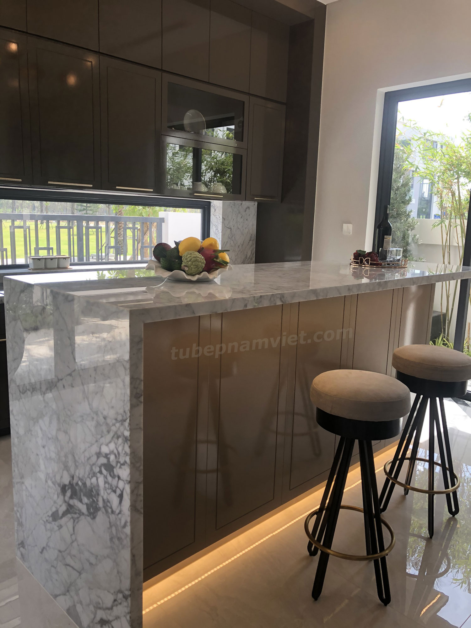 tủ bếp gỗ Acrylic sang trọng kèm Kệ bàn đá hoa cương rời nhà bếp